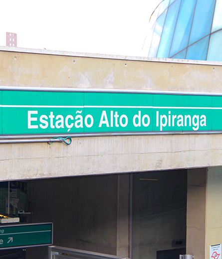 Foto da placa do Metrô na Estação Alto do Ipiranga