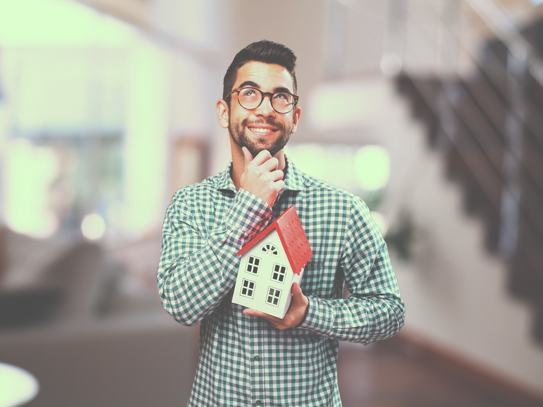 Ilustração com homem segurando uma casinha e sorrindo